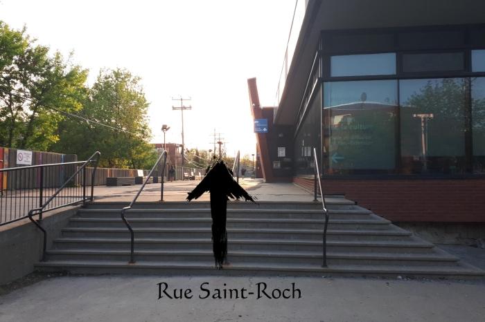 De la rue St-Roch, continuez tout droit en longeant la bibliothèque.